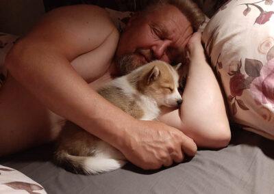 Nata nukkuu sängyssä Markun kainalossa